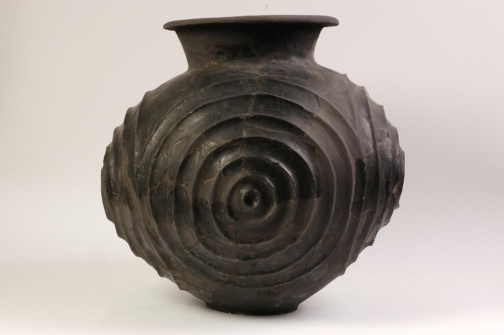 Olla a ceramica d'impasto con solcature concentriche. VIII-VII sec. a.C.