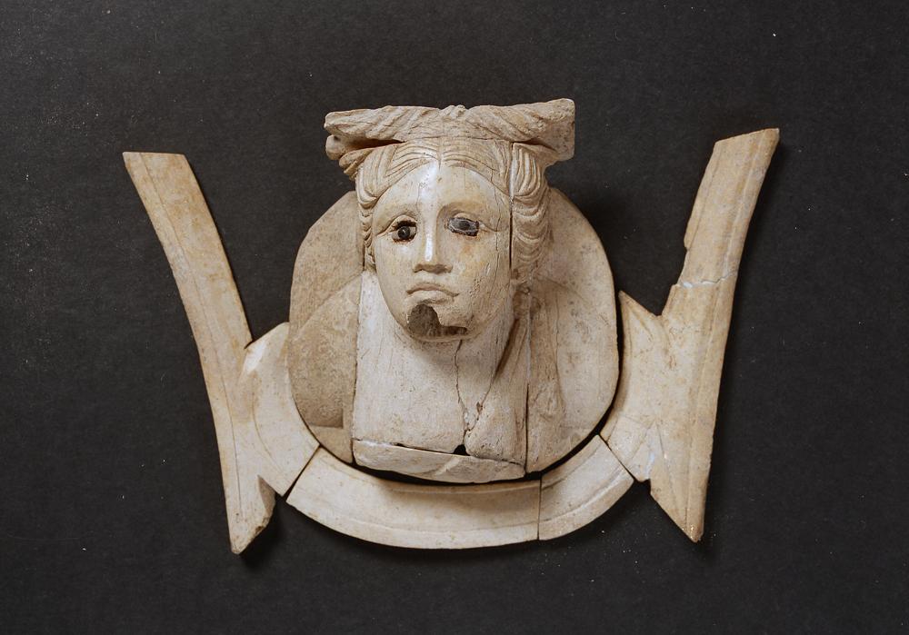 Testina femminile in osso. III-II sec. a.C.