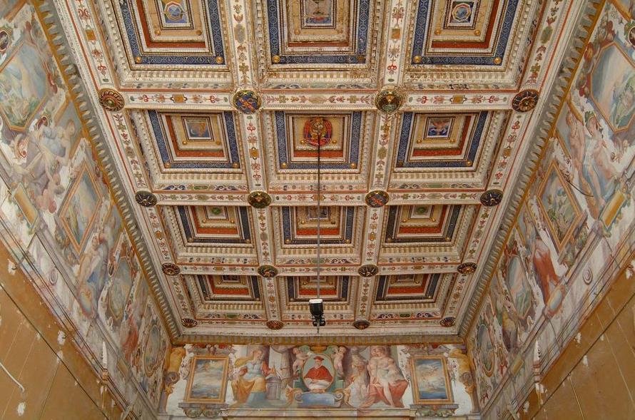 Villa del Colle del Cardinale, Salone d'Onore. Veduta del soffitto ligneo cassettonato